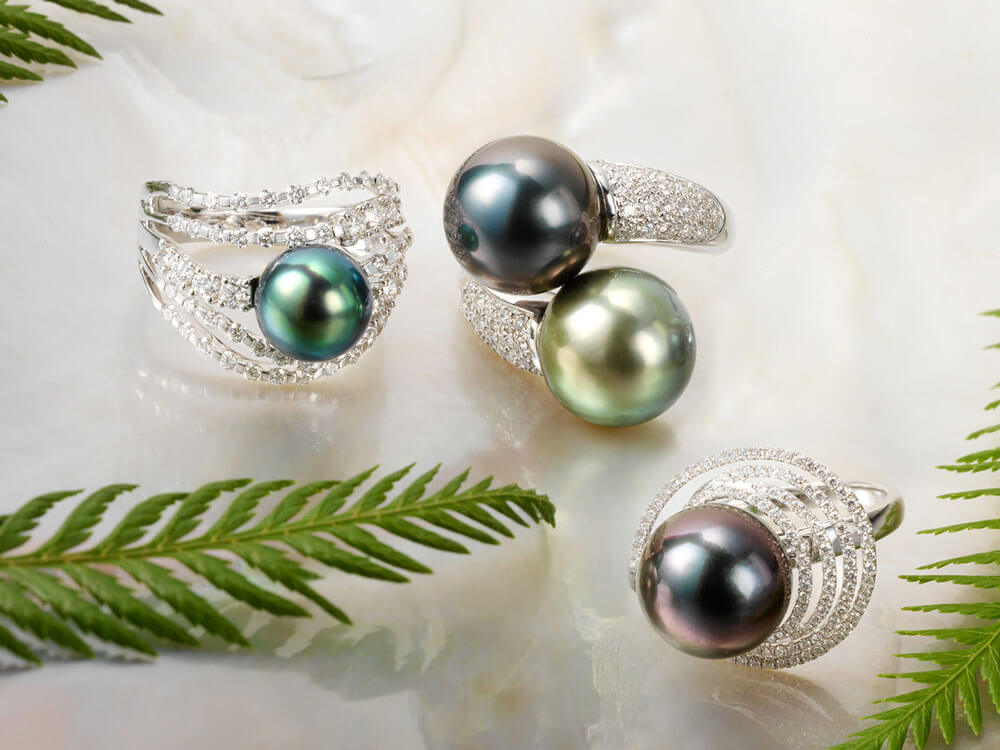 Tahitian pearl rings of white gold and diamonds and multi-hued pearls