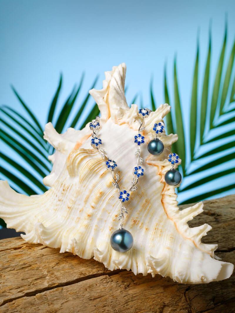 Collier et boucles d'oreilles en or blanc 18 carats, diamants, saphirs bleus et Perles de Tahiti.