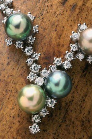 Collier en or blanc 18 carats, diamants et 4 Perles de Tahiti.
