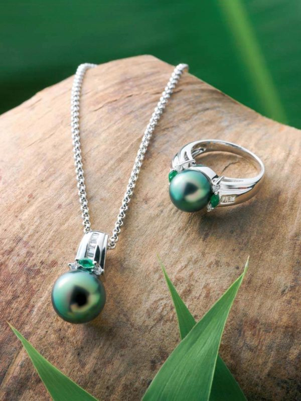 18Kt white gold diamond pendant, ring and emerald green Tahitian Pearls.