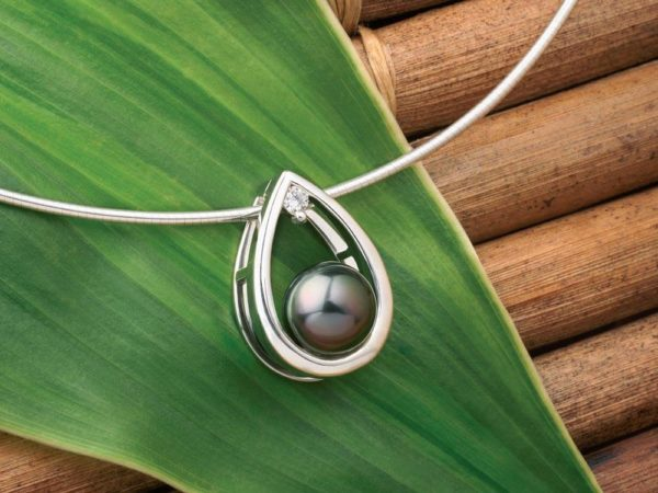Clip en or blanc 18 carats, diamant et Perle de Tahiti.