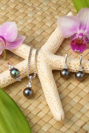 Boucles d'oreilles, pendentif & bague perles de Tahiti en or blanc 18 carats et diamants.