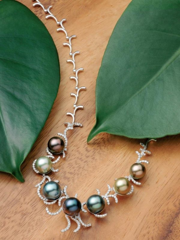18Kt white gold diamond necklace and seven multi-hued Tahitian Pearls