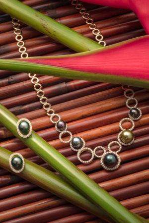 Collier et boucles d'oreilles en or jaune 18 carats, diamants et Perles de Tahiti.