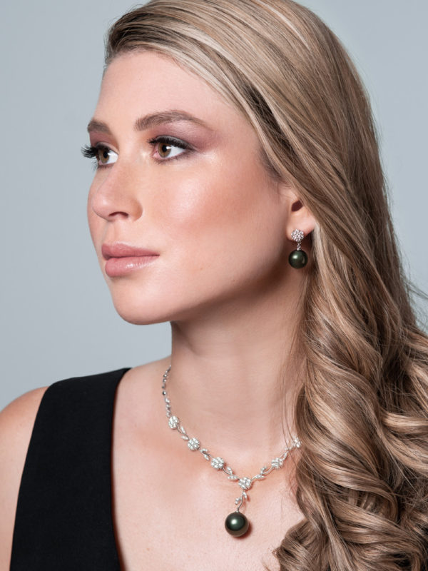Tahitian Pearl and diamond set in 18Kt white gold.