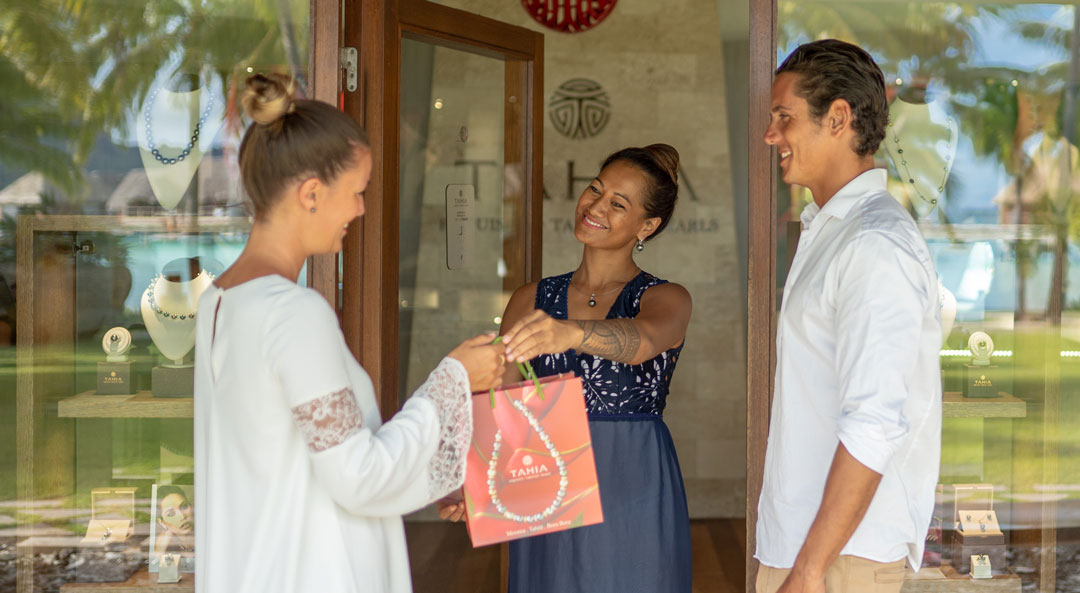 Tahia Pearls Advisors giving a bag with Tahitian Pearls to a customer