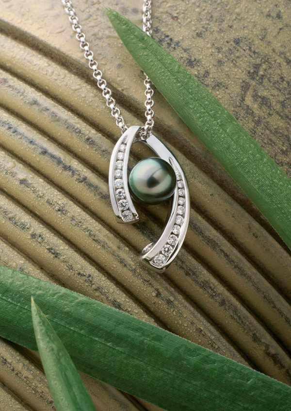 Tahitian Pearl and diamonds necklace