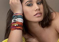 Bracelets en soie colorée et perle de Tahiti