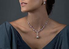 Collier en perle de Tahiti en or blanc 18 carats, sapphires roses et diamants