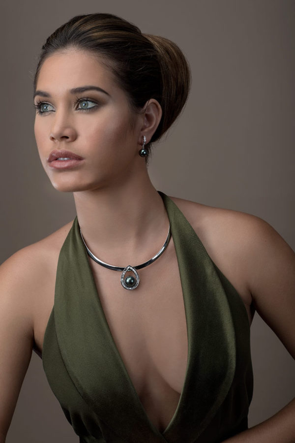 Tahitian Pearls on Pendant, earrings and omega chain in 18 karats white gold and diamonds.