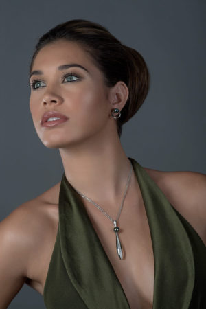 Tahitian Pearl earrings and necklace in 18 karats white gold and diamonds