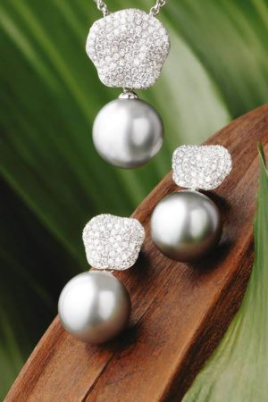 Boucles d'oreilles & pendentif perles de Tahiti en or blanc 18 carats et diamants.
